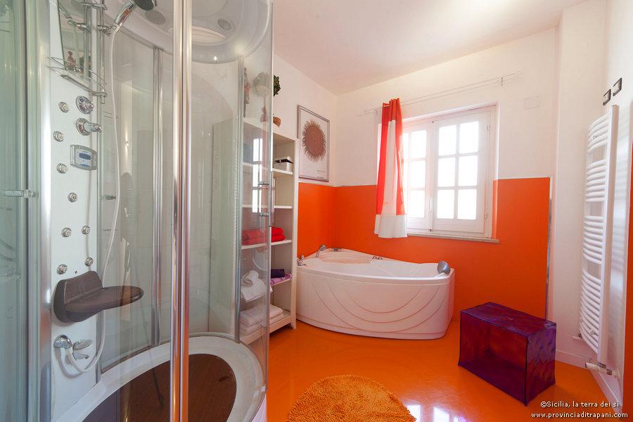 Bagno orange con cabina doccia