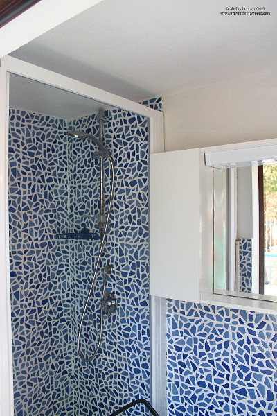 Bagno esterno con box doccia