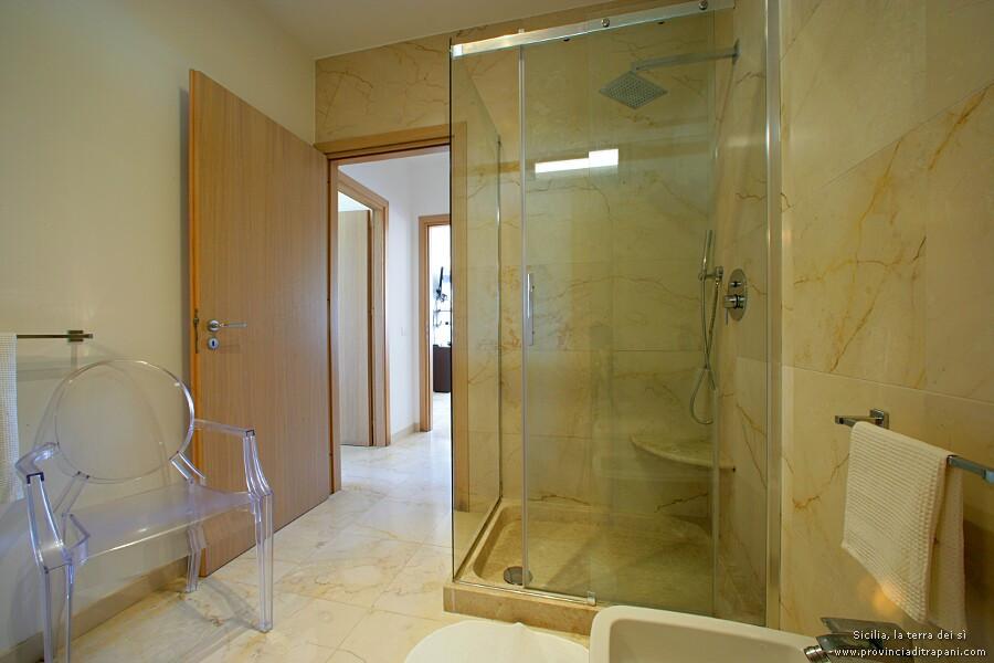 Bagno con grande cabina doccia