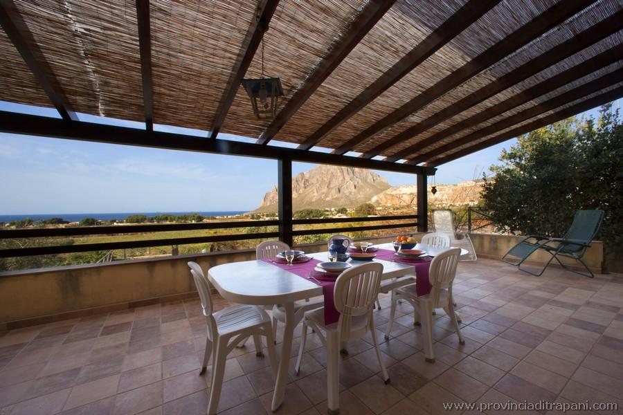 Terrazza superiore con tavolo vista mare