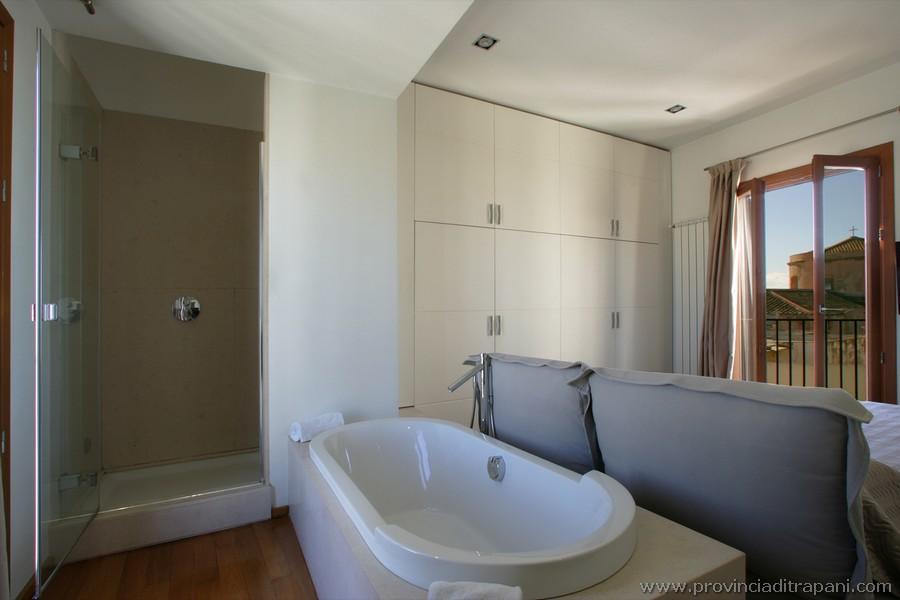 Camera padronale con vasca e doccia ensuite