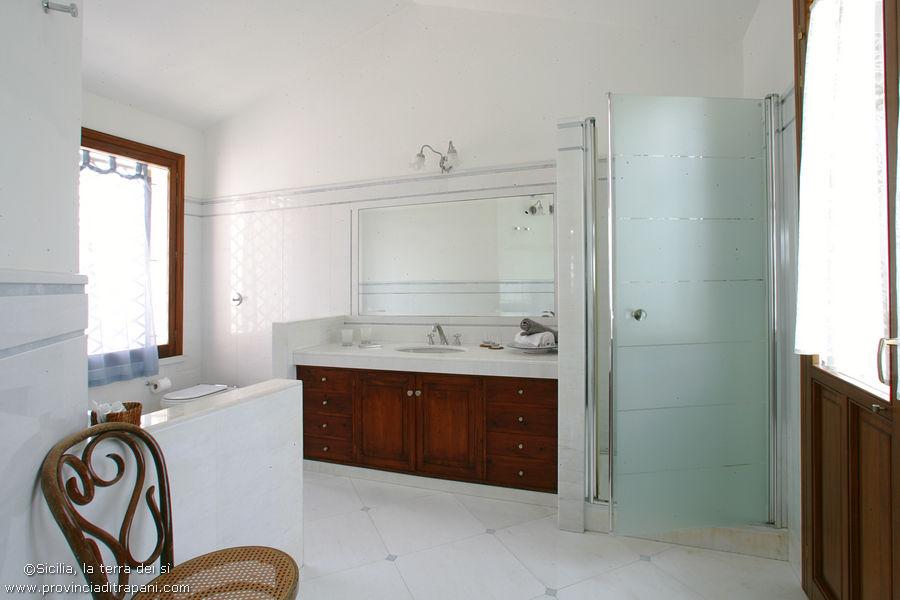 Bagno della master room con doccia e vasca