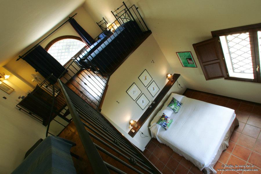 Camera matrimoniale e letti singoli in soppalco